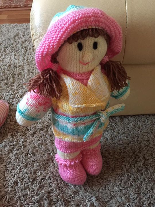 My first little doll. Changed the hair colour and used a ball of random wool I wanted to use up. I think she's so cute and she is heading to France for a friends new baby. Bon voyage!