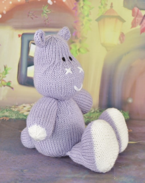 hippopotomus knitting pattern sitting down in lilac and white double knitting yarn