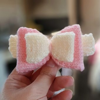 Free hair bow knitting pattern in pink and cream